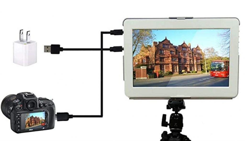 映像用と給電用の2本のケーブルが必要(Amazon)
